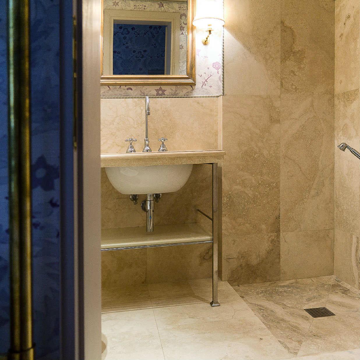Bagno con pietra carta da parati e intonaco colorato for Carta parati vinilica bagno