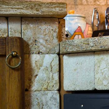 Cucina rustica in muratura rivestita in travertino e con for Sportelli legno per cucina muratura