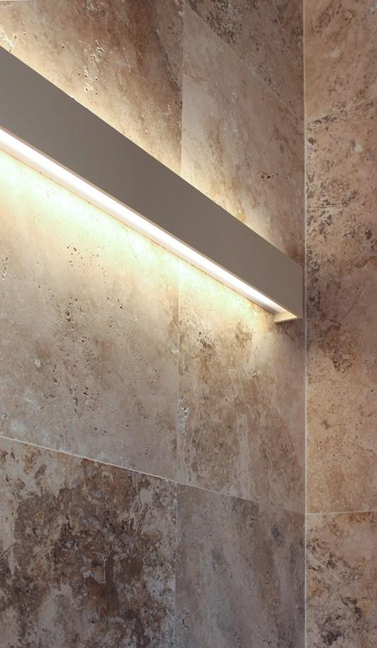 Illuminazione a parete - Parete rivestita in pietra ...