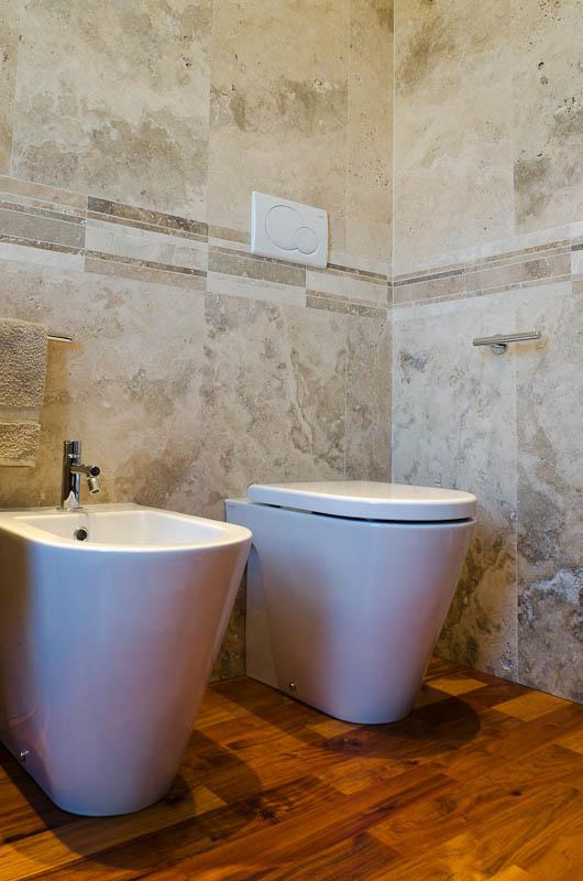 http://italystonemarble.com/wp-content/uploads/2012/04/bagno-con-pavimento-in-legno-e-rivestimento-in-marmo.jpg