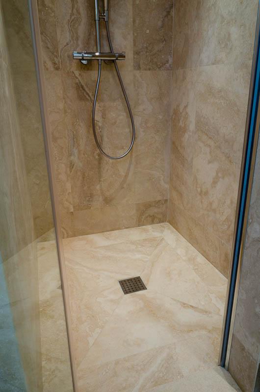 Bagno con rivestimento in pietra [tibonia.net]