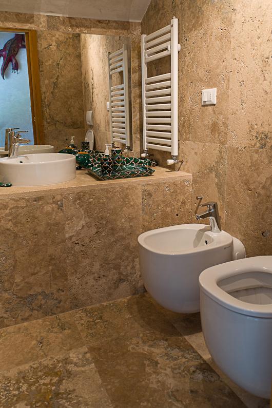 Bagno si servizio con top in marmo di Rapolano  Italystonemarble.com
