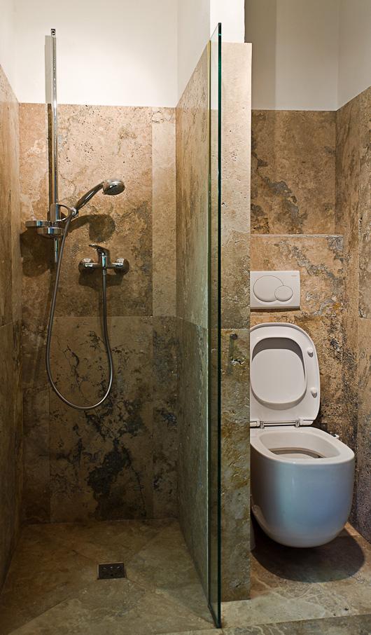 Piccolo bagno in travertino con doccia rivestita for Bagno in travertino
