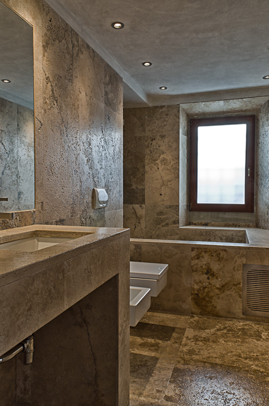 Come scegliere i rivestimenti per il bagno for Bagni in legno e pietra