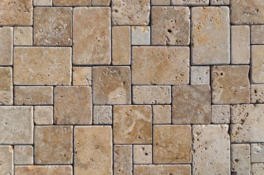 La manutenzione di una pavimentazione esterna in pietra