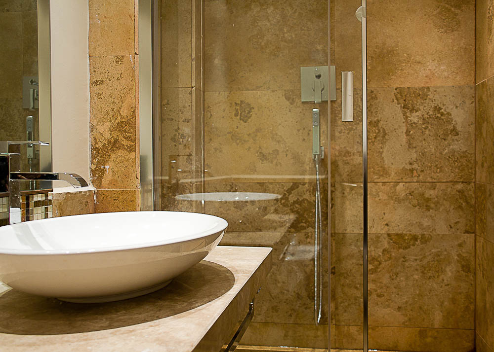 Bagno con rivestimenti in travertino worldwide pdr027 - Bagno travertino ...