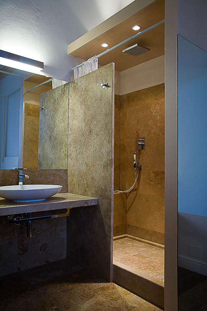 Rivestimenti in travertino per bagno di hotel a firenze - Rivestimenti bagno firenze ...