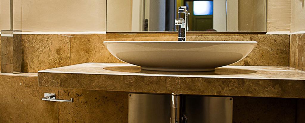 Rivestimenti per bagno in travertino in hotel a firenze - Piastrelle bagno firenze ...