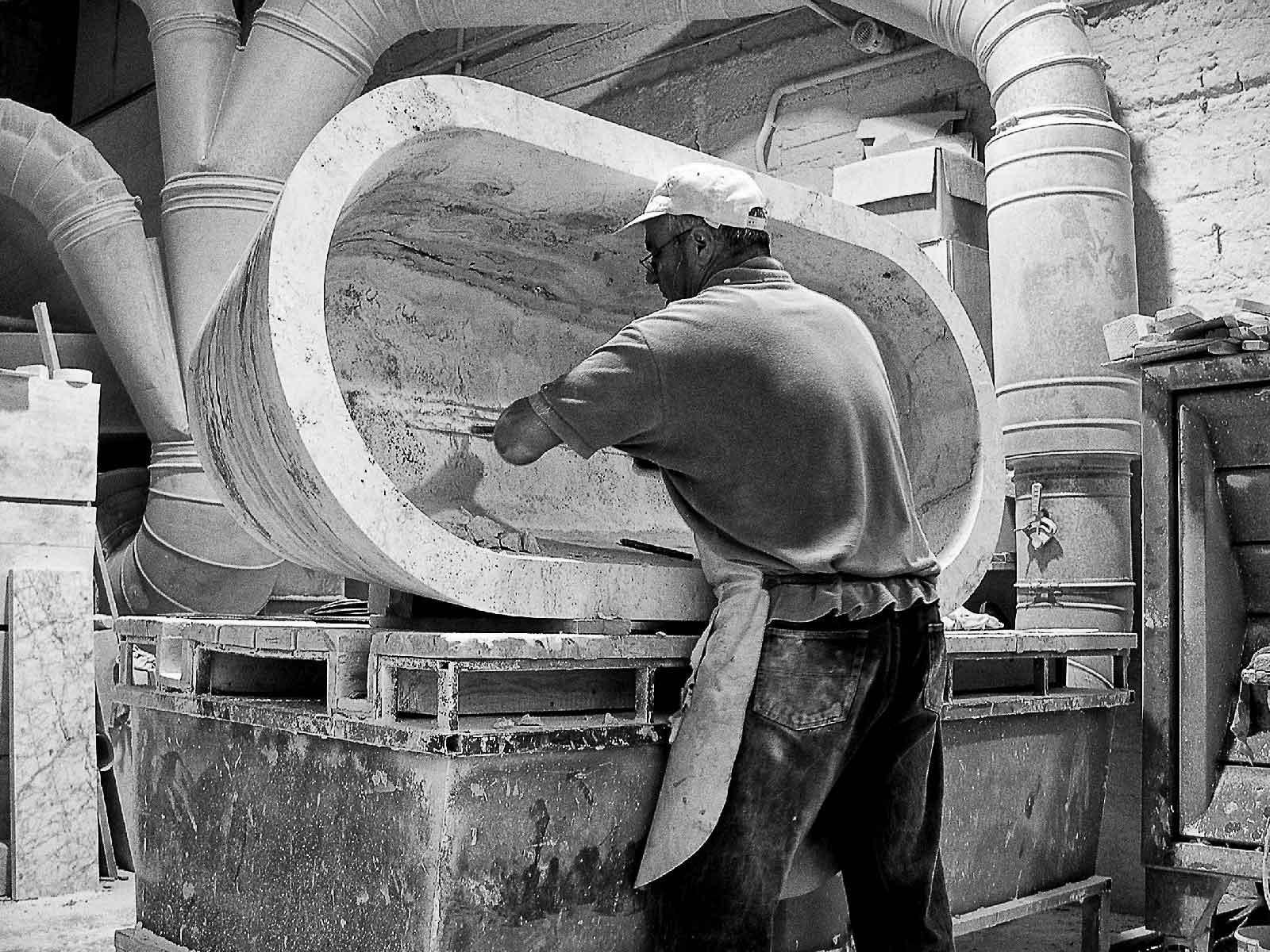 Vasca Da Bagno Artigianale : Come si realizza una vasca da bagno da un massello di pietra