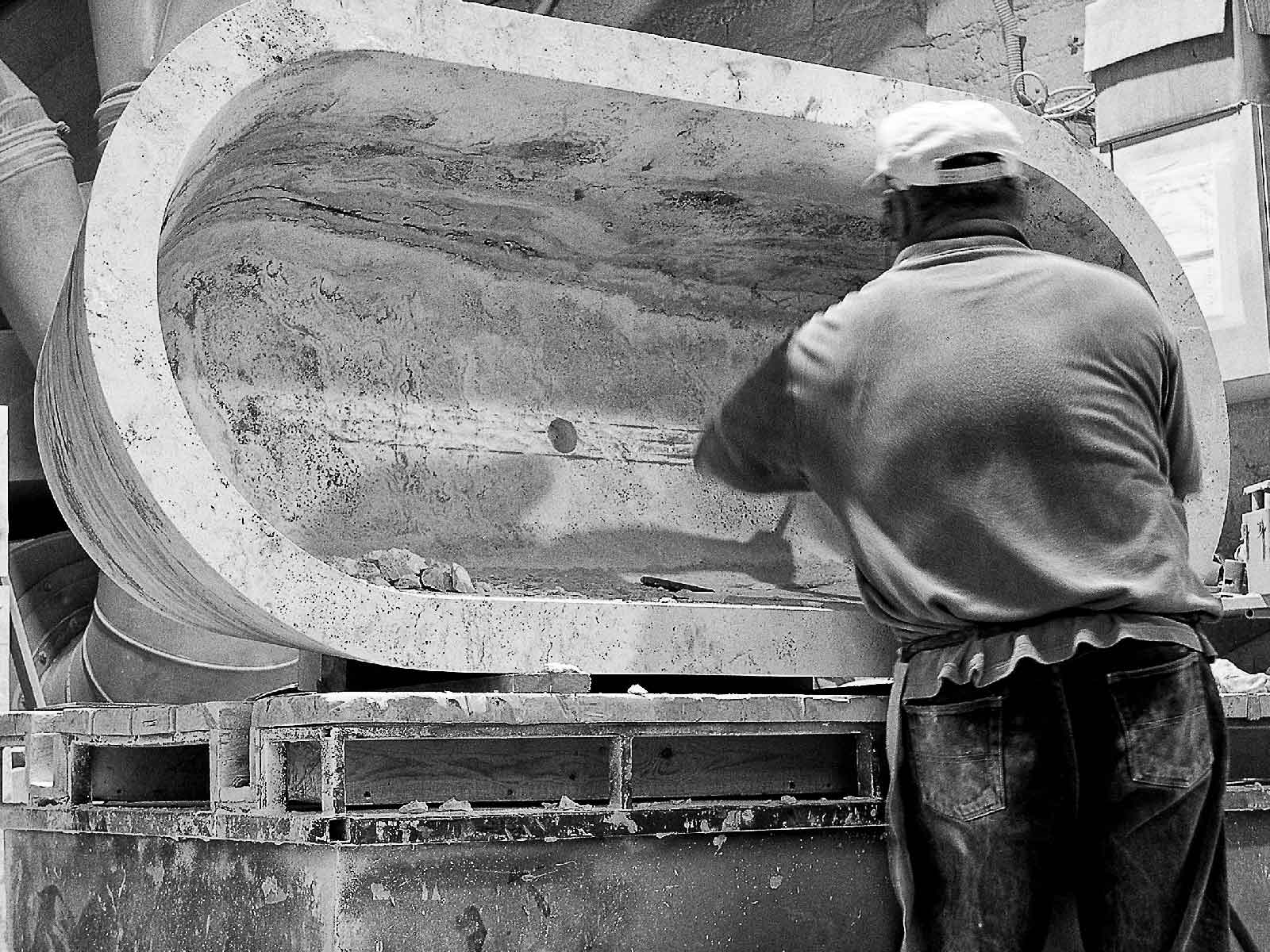 la vasca in pietra viene rifinita a mano