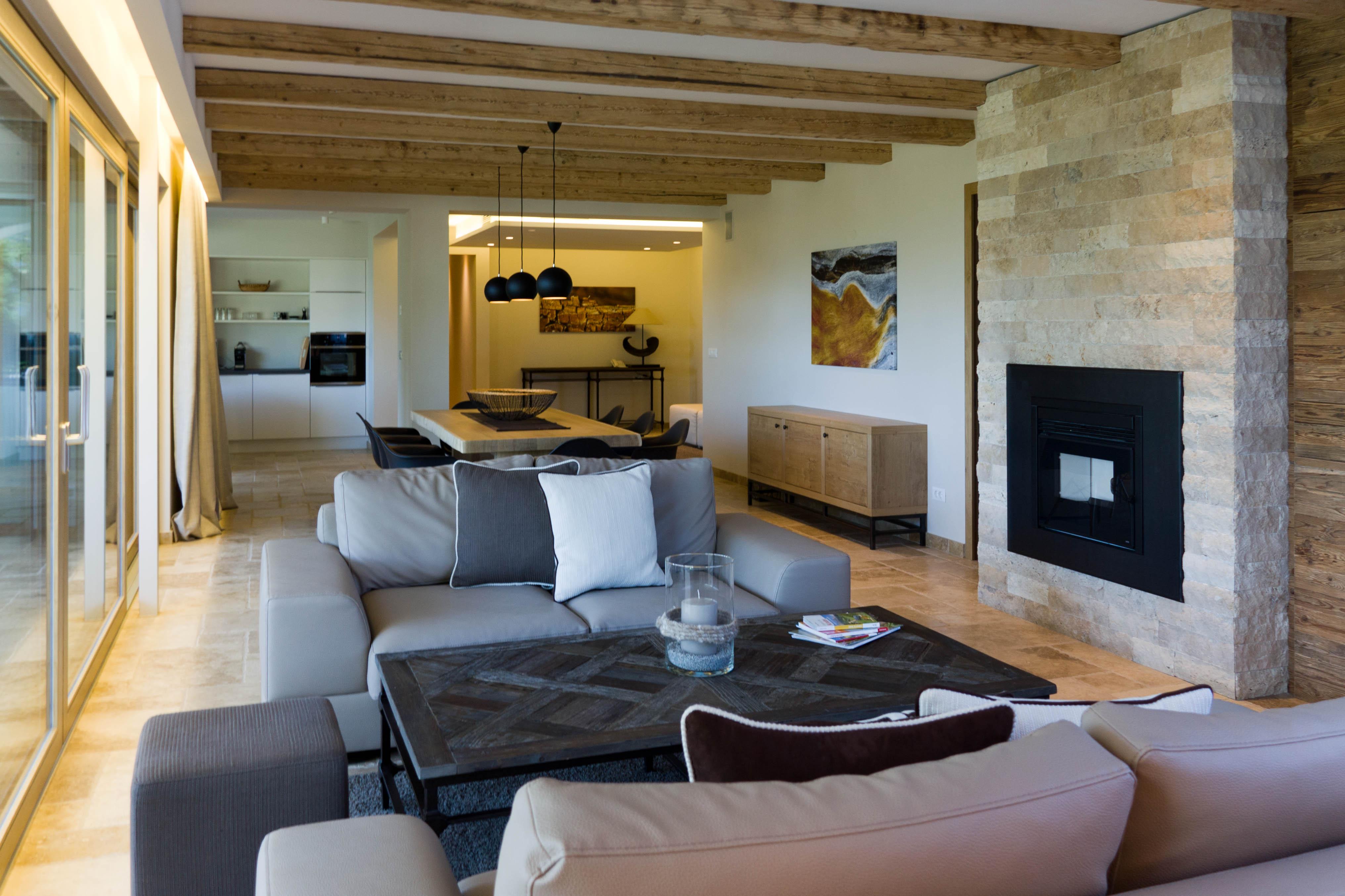 Camino in pietra per soggiorno ambienti realizzati con for Arredamento per piccoli ambienti