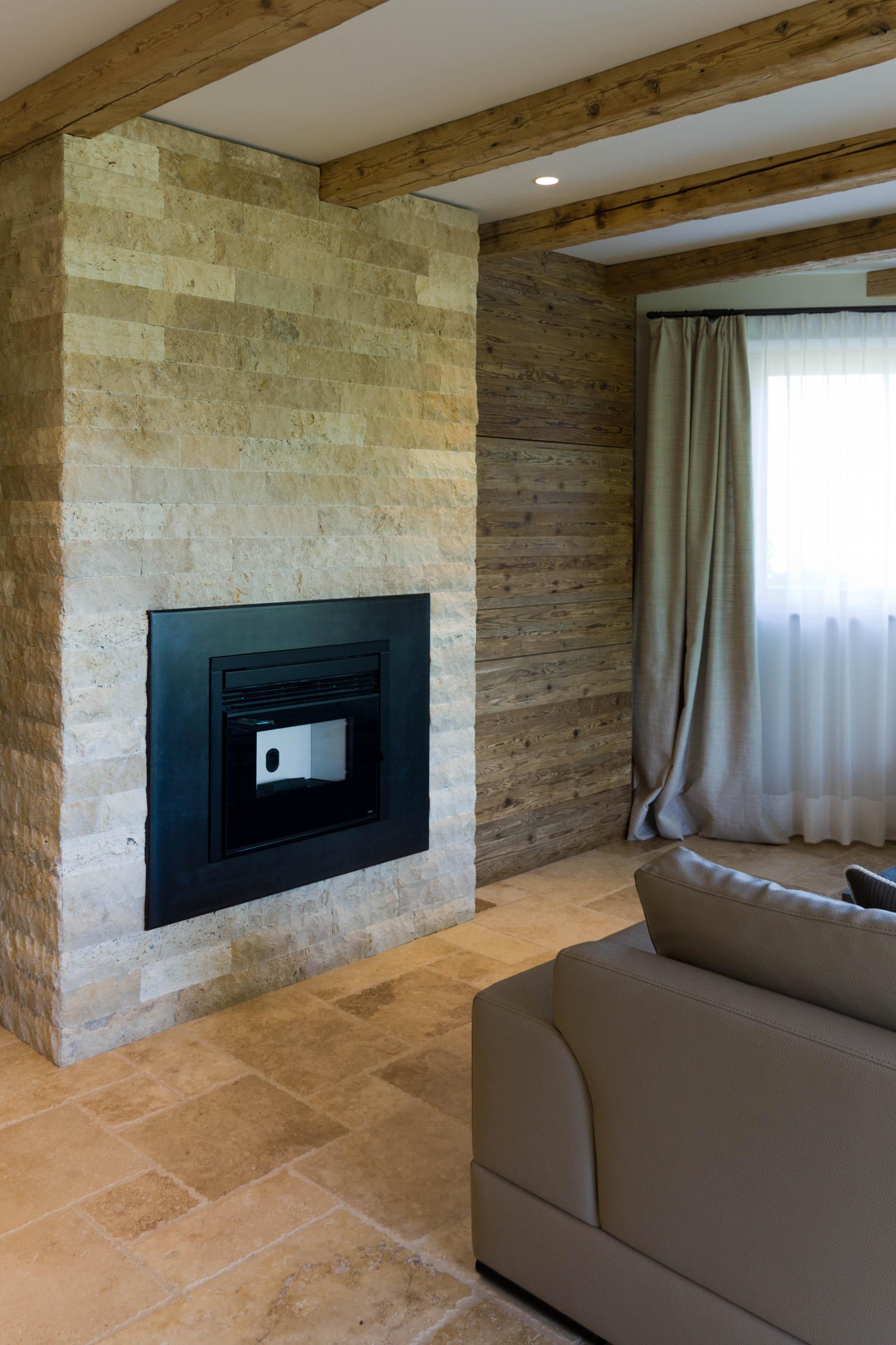 Camino in pietra per soggiorno ambienti realizzati con for Materiali di rivestimento in legno casa