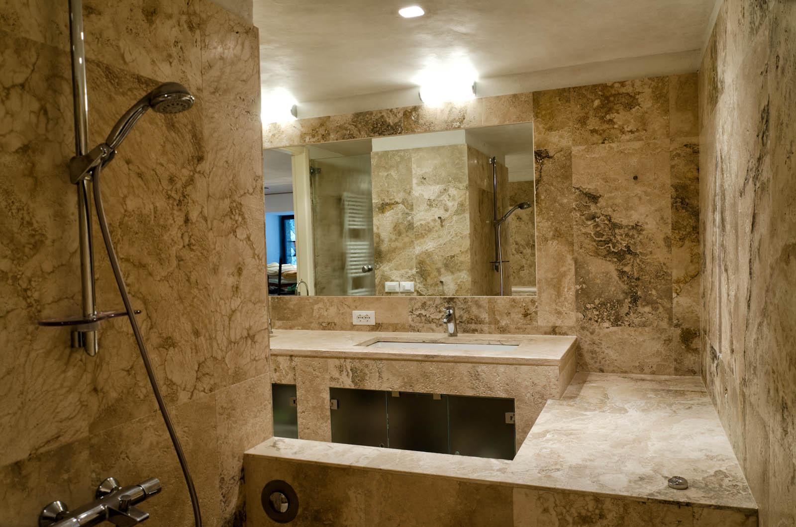 Bagno con in pietra stunning decora il tuo bagno con il mosaico