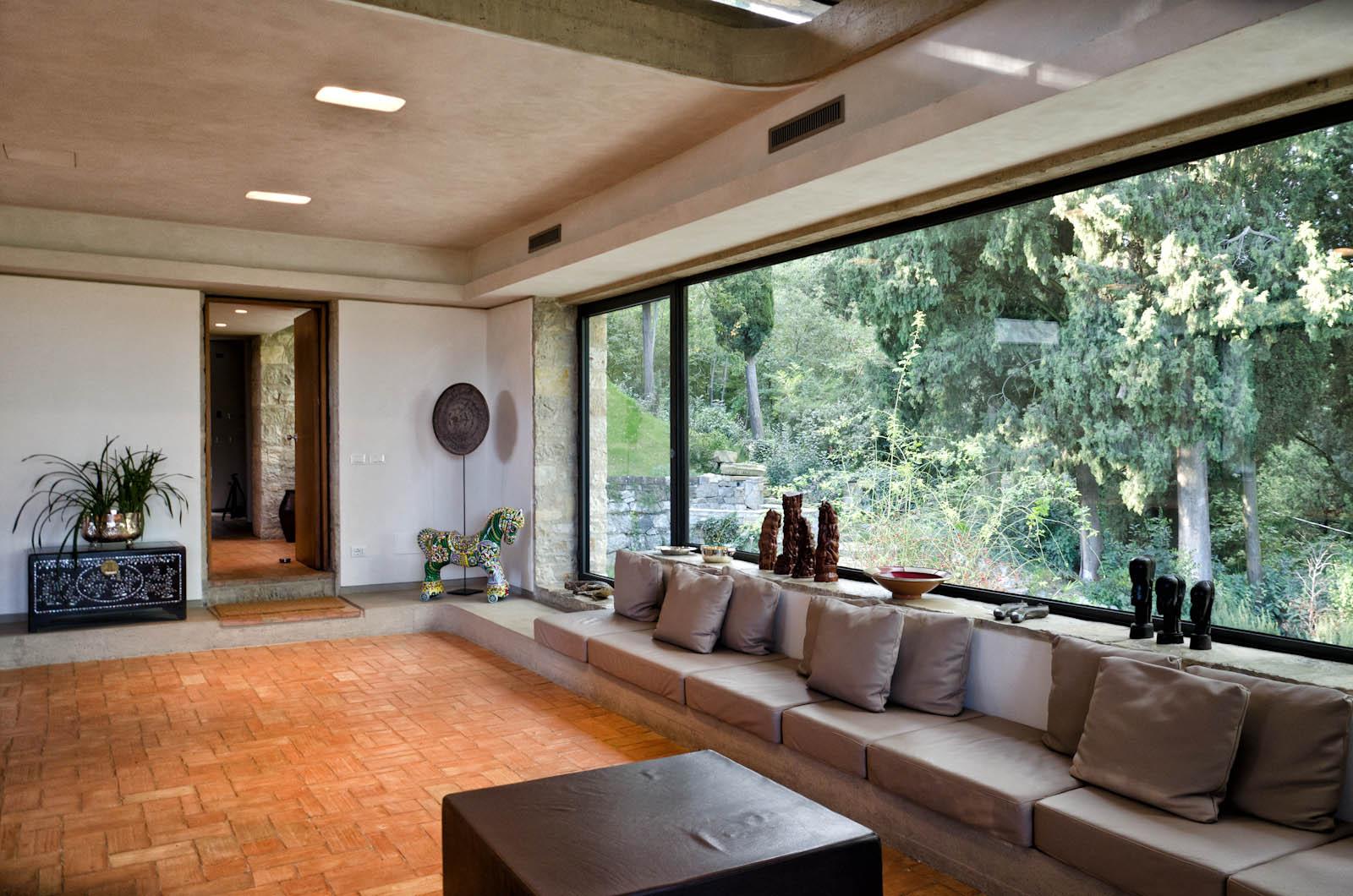 Le grandi vetrate lasciano entrare la natura all'interno della villa