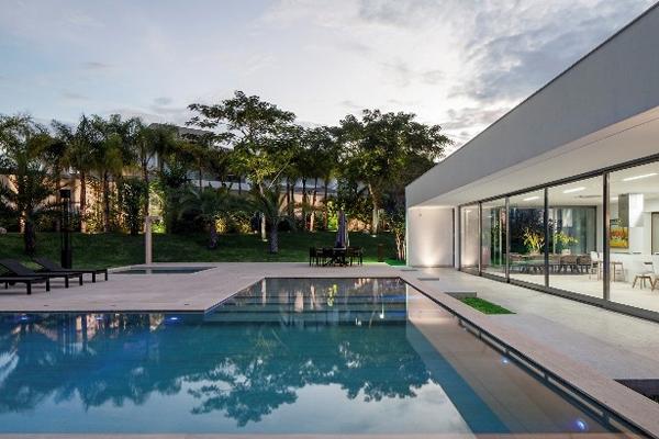 Villa in brasile con piscina in travertino for Case con piscine
