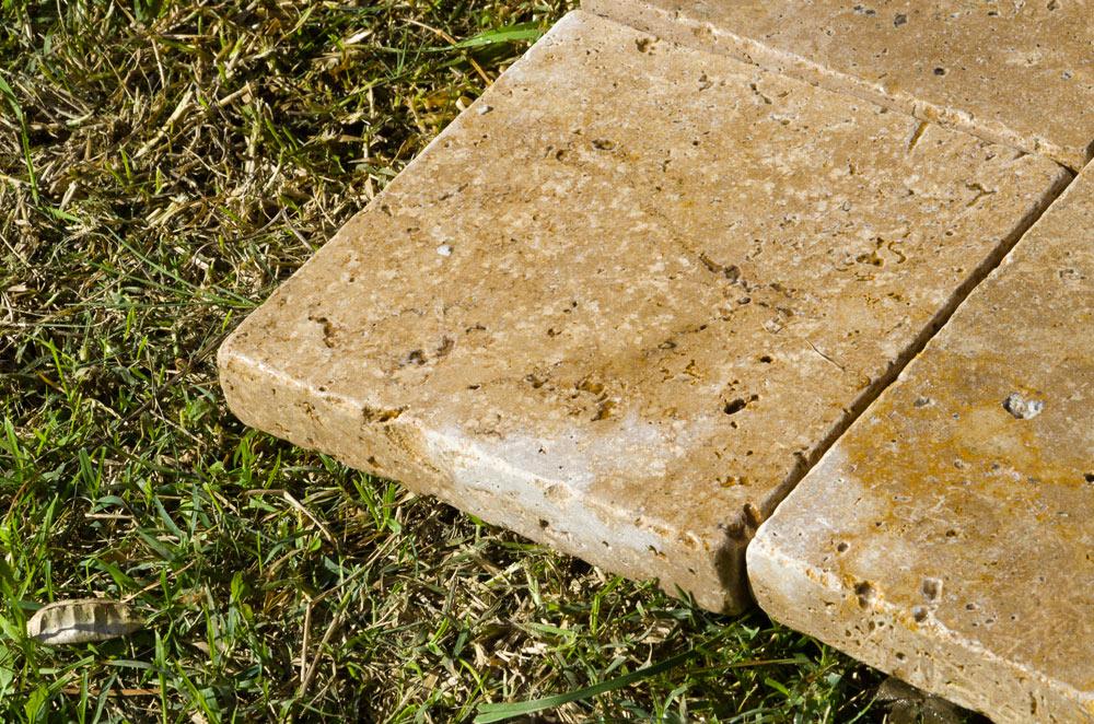 Piastrelle in pietra a spessore maggiorato per uso carrabile