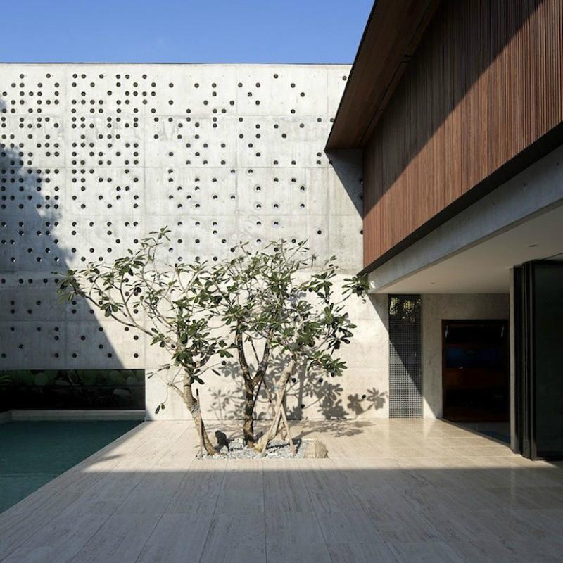 Courtyard house a singapore con cortile in travertino for Piani sud ovest della casa con cortile