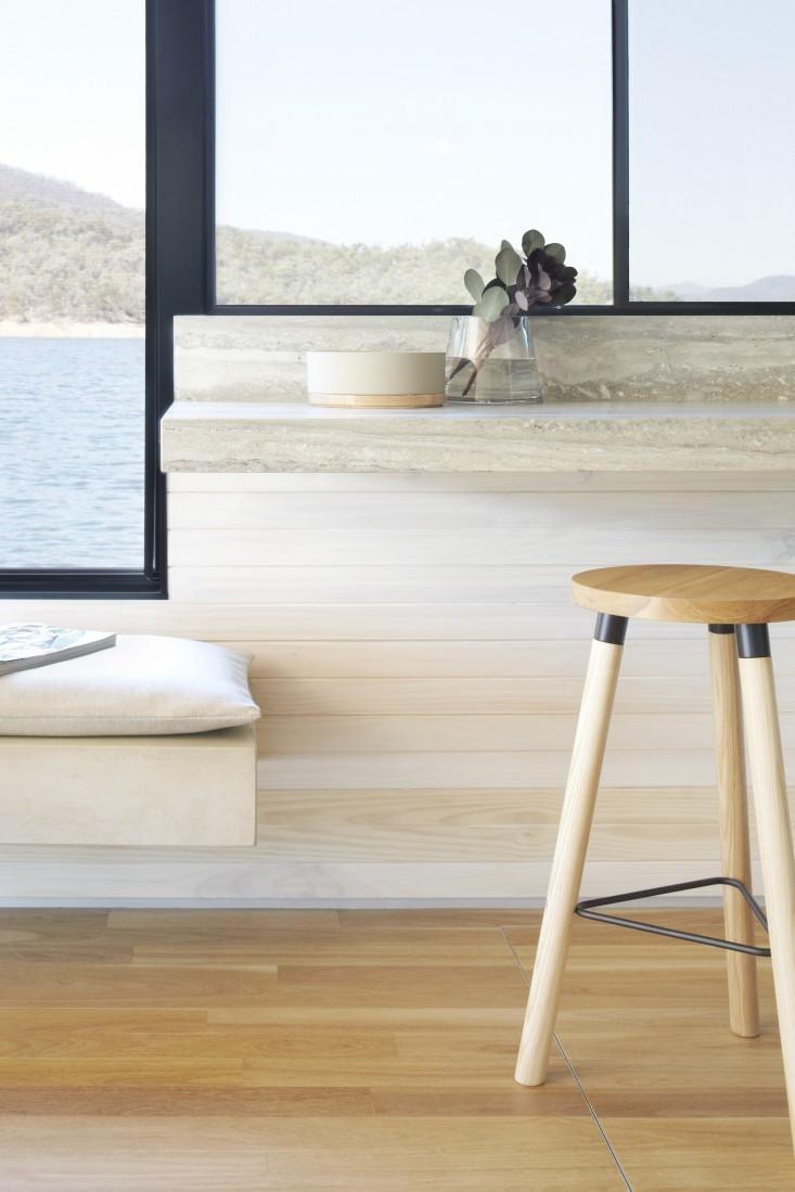 piano cucina in travertino silver grey minimale legno chiaro panorama