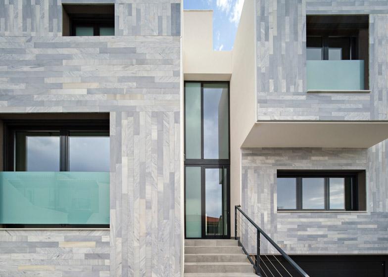 facciata con rivestimenti in marmo motivo geometrico a granada