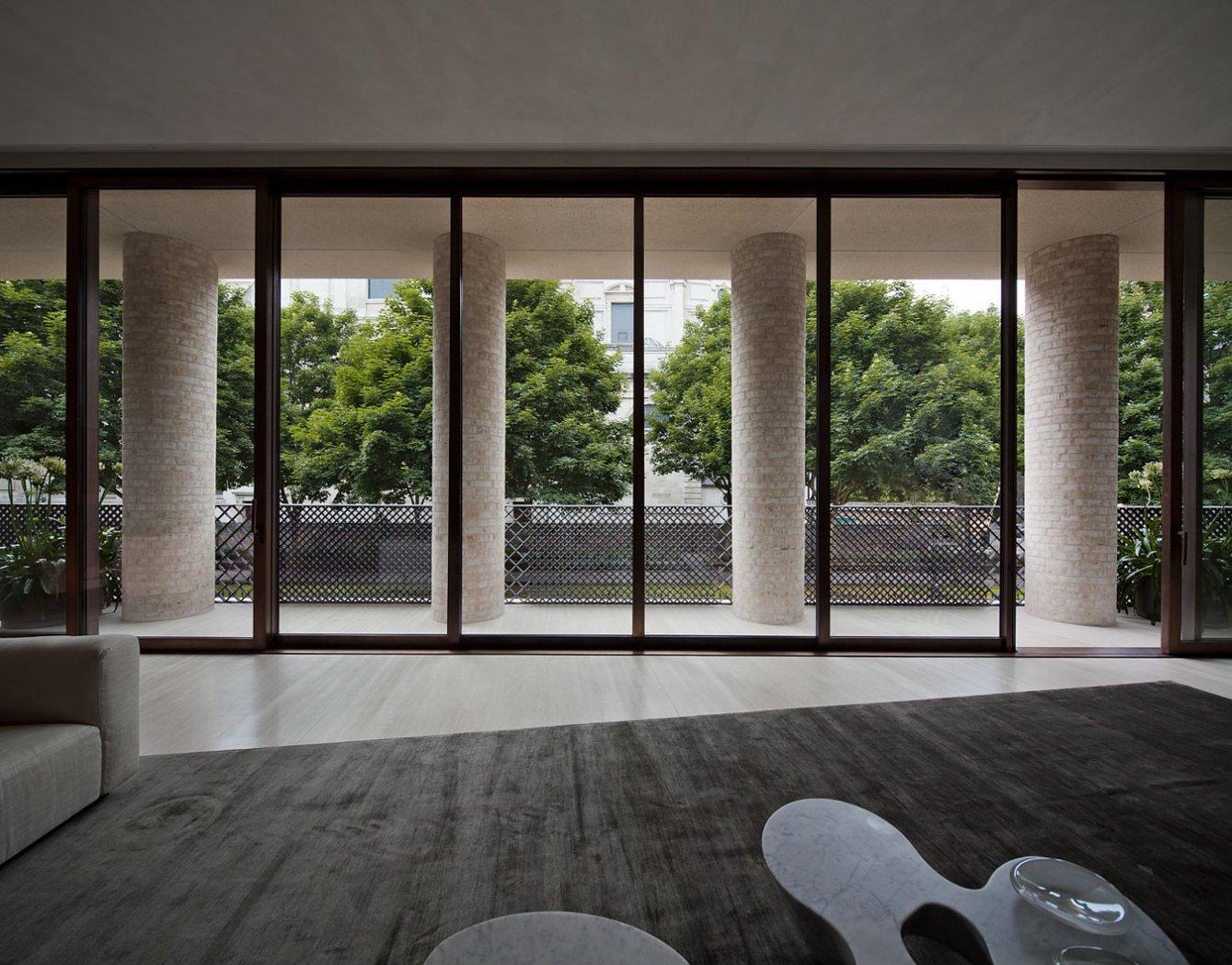 Travertino quercia e cemento nel progetto di david for Piani di casa con due master suite al primo piano