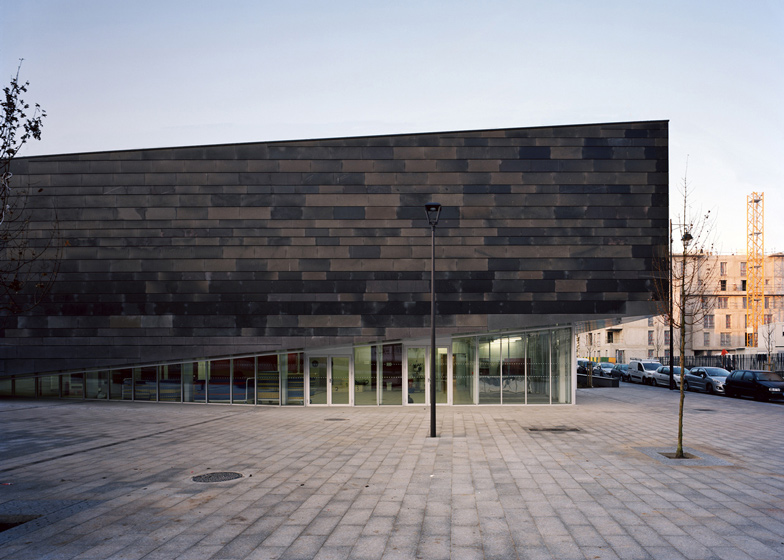 centro sportivo periferia parigi esterni basalto diversi colori monolite architecture sport complex basalt