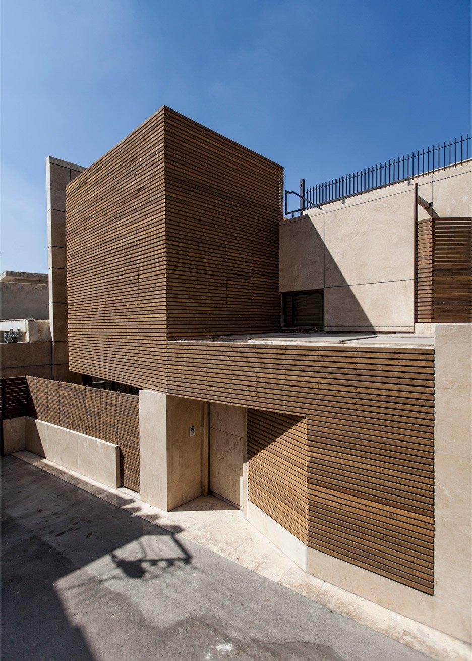edificio teheran con facciata in legno e travertino